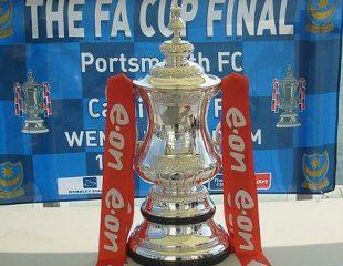Il trofeo della FA Cup (fonte: Unisouth, GDFL, own work, wikimedia.org)