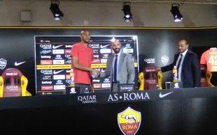 Nzonzi con Monchi durante la presentazione alla Roma